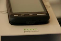 Auf der Unterseite befindet sich der Stecker für micro USB zum Laden, Sychronisieren und Übertragen von Dateien.