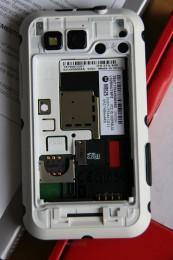 SIM und SD Karten Slots unter Akku